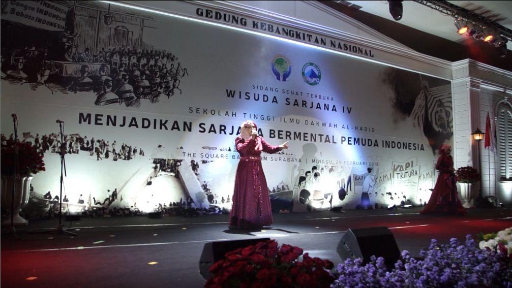 Penampilan Alkahfinita dengan latar desain panggung Sidang Senat Terbuka Wisuda Sarjana IV, 2018.